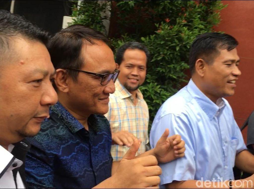 Acungkan 2 Jempol, Andi Arief Tiba di BNN Jalani Direhabilitasi