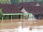 Hiks! Baru Melahirkan, Anak Ibu Ini Terkepung Banjir Madiun