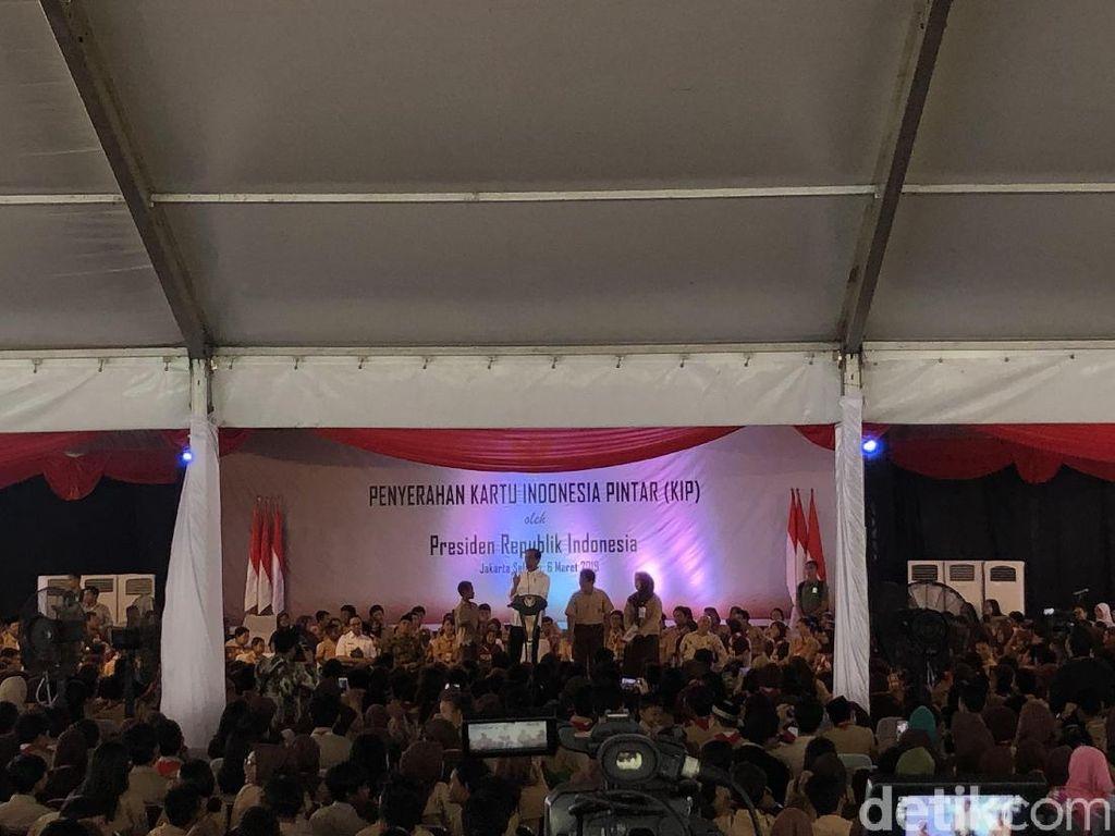 Ditemani Anies, Jokowi Bagikan 3.300 KIP ke Pelajar Jakarta
