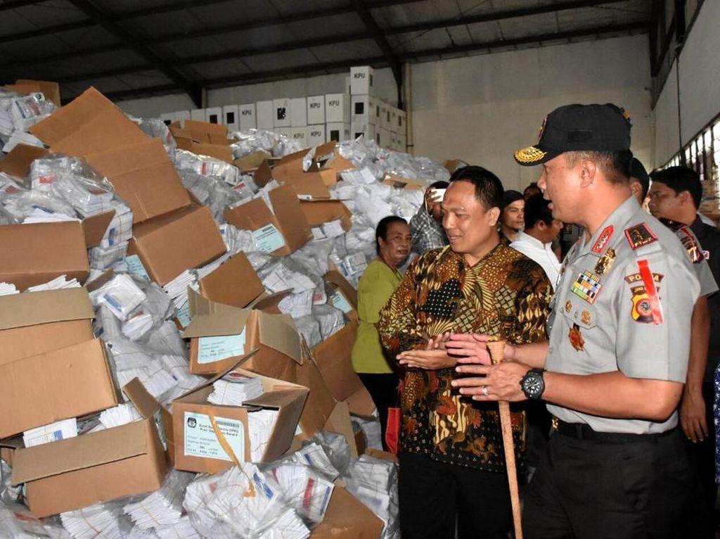 Kapolda Jabar Cek Gudang Surat Suara KPU di Cibinong