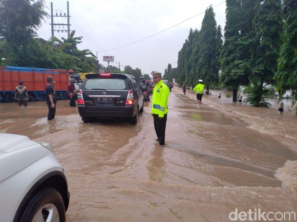 Terendam Banjir, Jalur Arteri Madiun-Surabaya Macet 2 Km