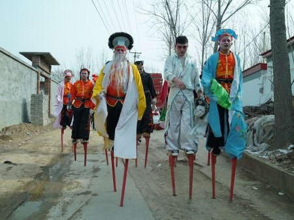 Potret Pemain Egrang di China, Gajinya Ratusan Juta