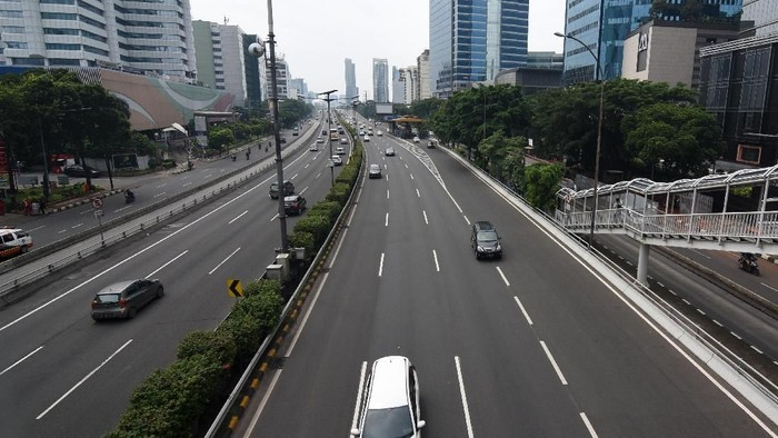 Sejumlah kendaraan melintas di Jalan Gatot Subroto, Jakarta, Kamis (7/3/2019). Kondisi lalu lintas di kawasan ibukota Jakarta lancar saat Hari Raya Nyepi Tahun Baru Saka 1941. ANTARA FOTO/Indrianto Eko Suwarso/hp.