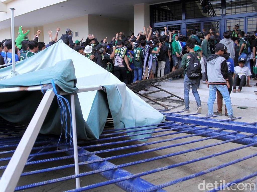 Duh, Bonek Jebol Pagar Besi di Stadion Si Jalak Harupat
