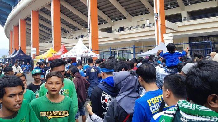 Pelatih Persib Bandung Miljan Radovic diserang oknum pendukung Persib Bandung. (Foto: Mochamad Solehudin/detikcom)