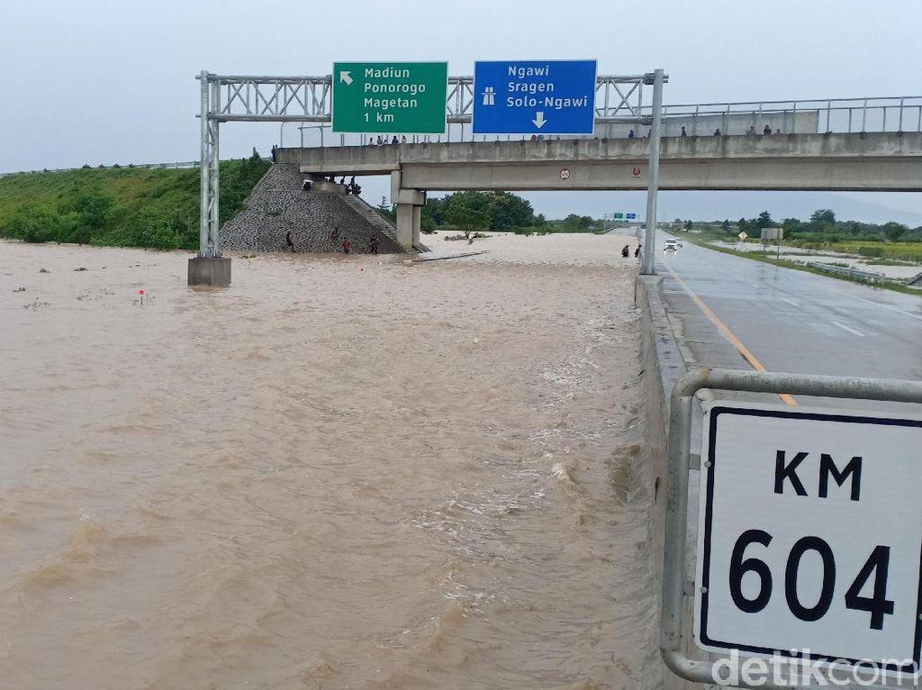 Ditutup, Ini Penampakan Tol Madiun yang Kebanjiran