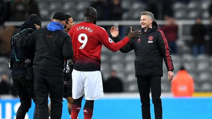 Romelu Lukaku bersama manajer Manchester United, Ole Gunnar Solskjaer. (Foto: Michael Regan / Getty Images)