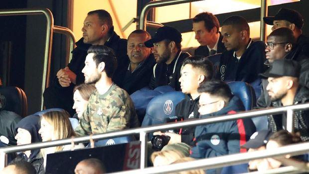 Neymar ikut menyaksikan dari tribune VVIP, laga PSG melawan Manchester United. (