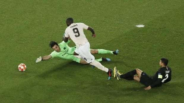 Gianluigi Buffon dua kali dibobol Romelu Lukaku saat PSG dikalahkan Man United.