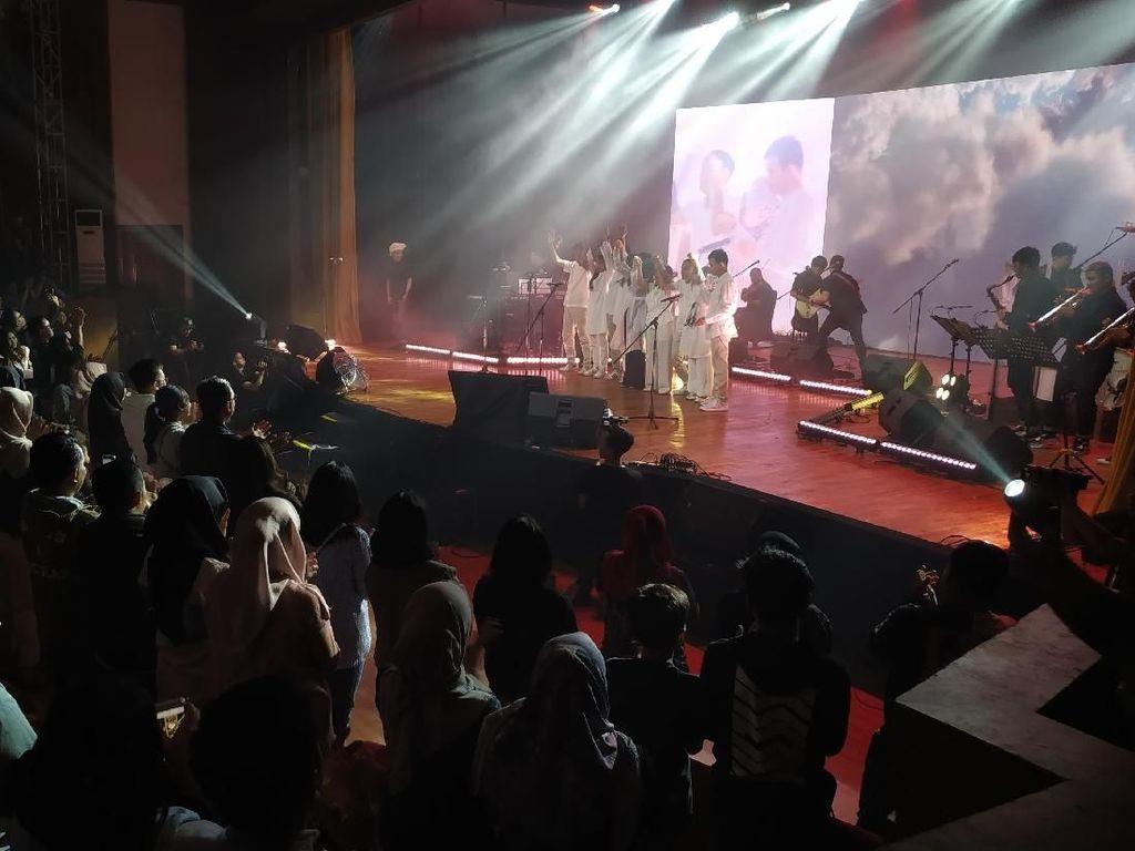 Yura Yunita Undang Teman-teman Tunanetra Bernyanyi Bersama di Konser Merakit