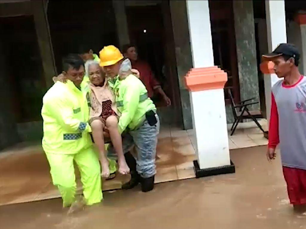 Aksi Heroik Polisi Evakuasi Para Lansia Korban Banjir