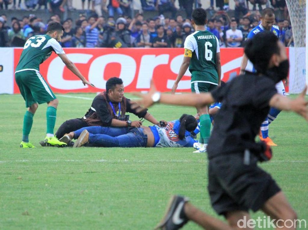 Kalah dari Persebaya, Bobotoh Ngamuk Sampai Masuk Lapangan