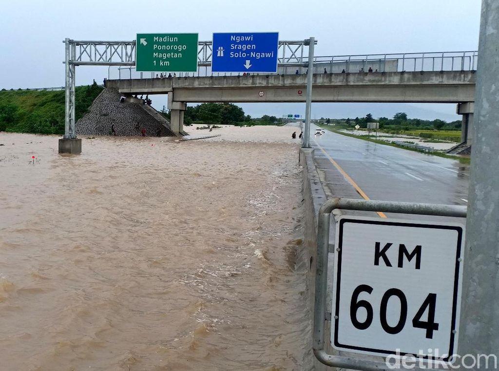 Ruas Tol Madiun Terendam Banjir Hingga 1 Meter