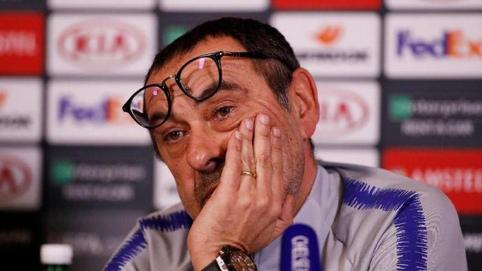 Fans Napoli berharap Maurizio Sarri bisa kembali ke San Paolo. (Foto: Matthew Childs/Reuters)