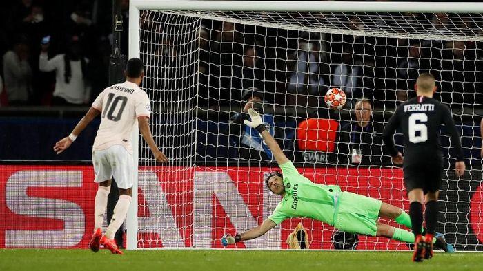 Penyerang MU Marcus Rashford saat mencetak gol kemenangan ke gawang PSG di Parc des Princes, Sabtu (9/3/2019). (Foto: Christian Hartmann/REUTERS)