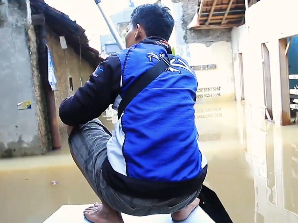 Mengarungi Dahsyatnya Banjir Bandung dari Atas Perahu