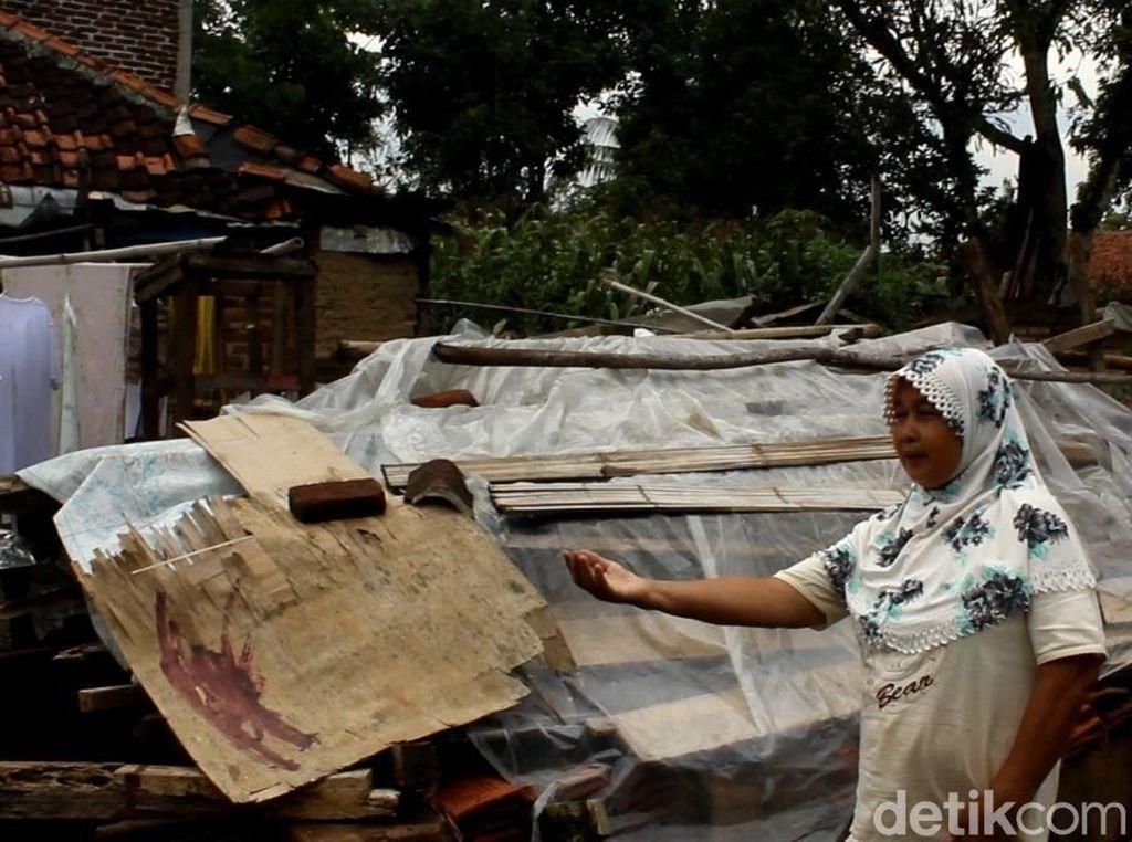 Pemkab Garut Janji Renovasi Rumah Nenek Penghuni Puing Bangunan