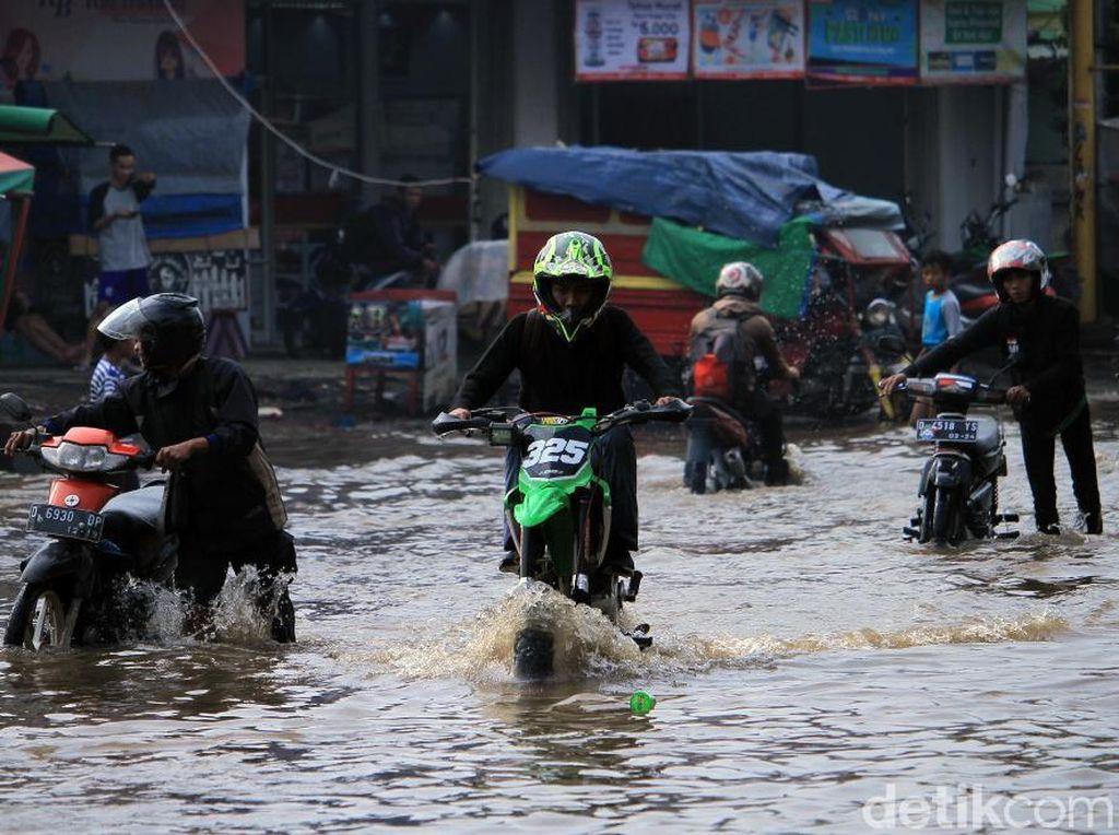 Aksi Nekat Warga Terobos Banjir di Jalan Dayeuhkolot-Banjaran