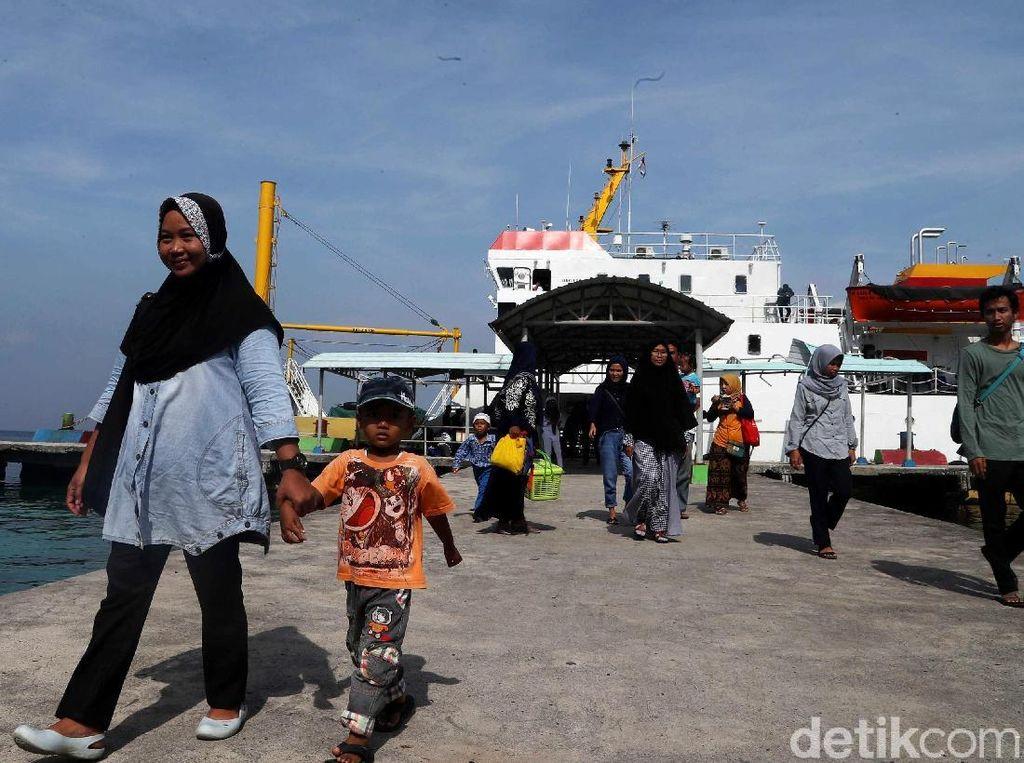 Hiruk Pikuk Aktivitas Kapal Tol Laut di Kawasan Pulau Pramuka