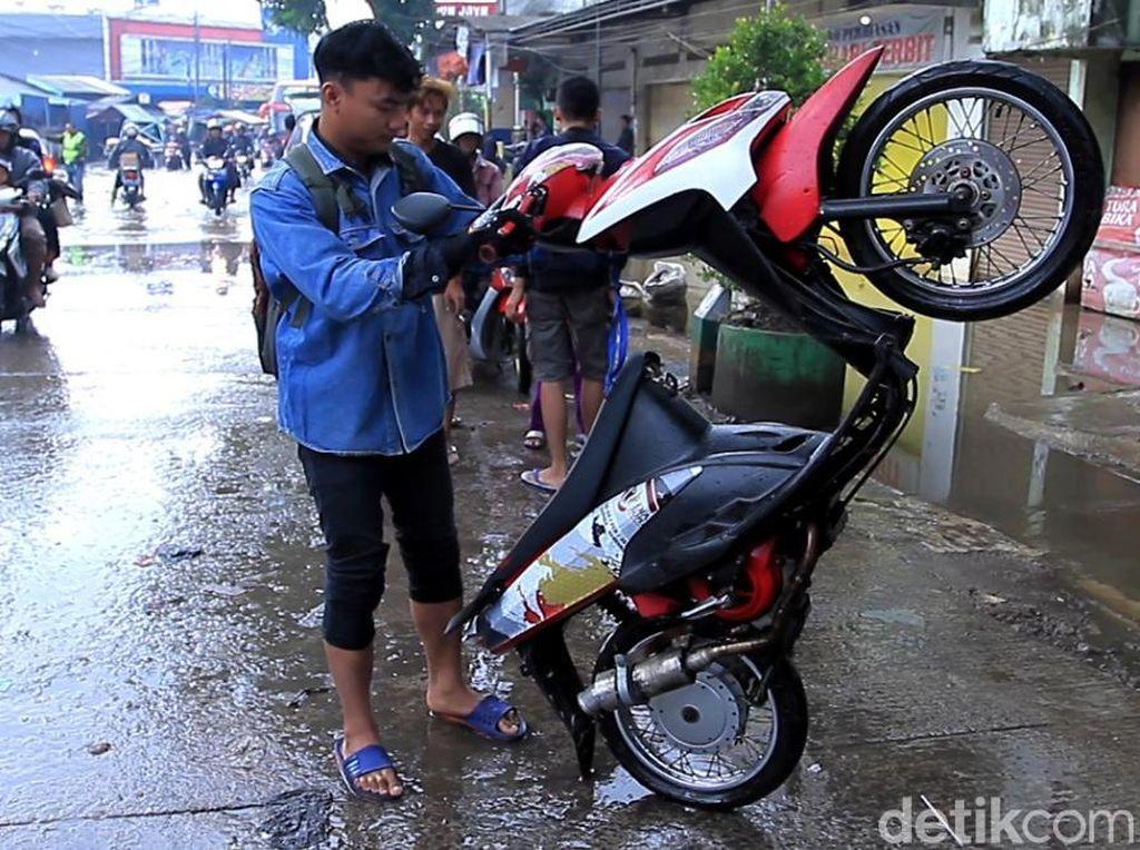 Video: Motor-motor Ngambek setelah Terjang Banjir di Dayeuhkolot