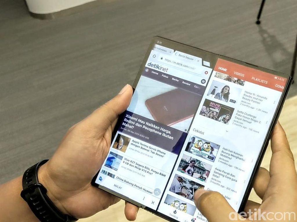 Menggenggam Ponsel Layar Lipat Huawei Mate X di Jakarta