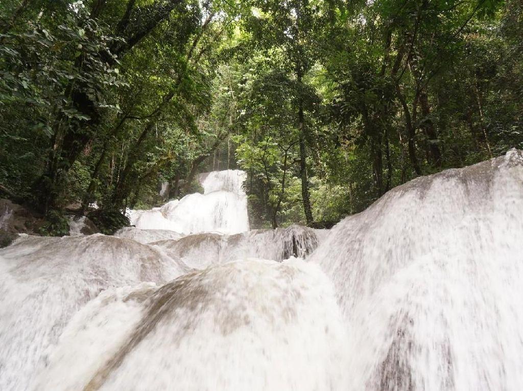 Satu Lagi Air Terjun Perawan Cantik di Papua