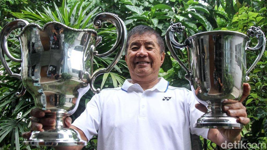 Rudy Hartono Pamer Piala dan Medali All England