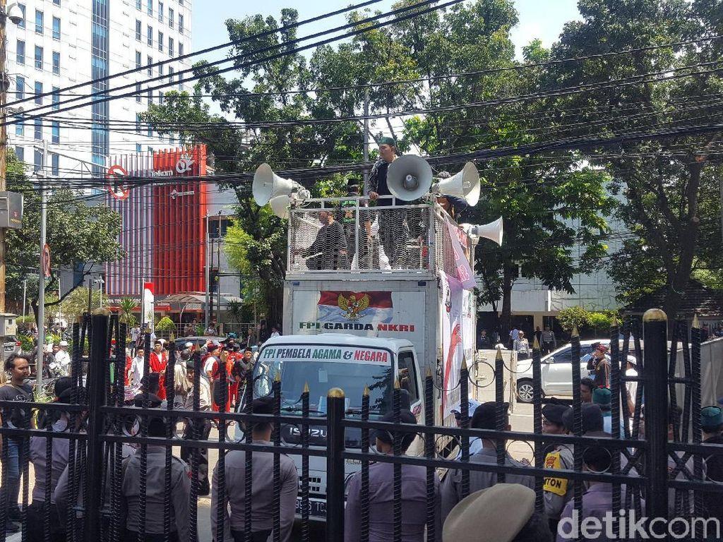 Massa Pendukung Jual Saham Bir Demo di Depan Gedung DPRD DKI