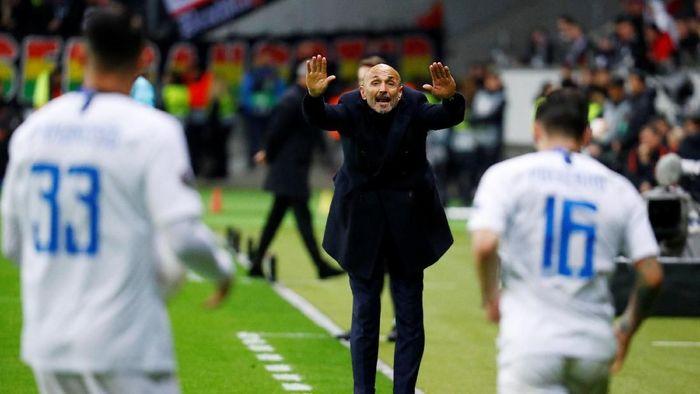 Luciano Spalletti tak mau mengeluh soal absennya pemain. (Foto: Kai Paffebanch/REUTERS)