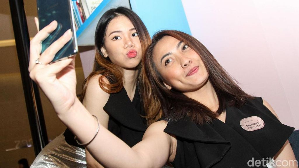 Ponsel Android Kelas Sultan di Tangan Para Wanita Menawan