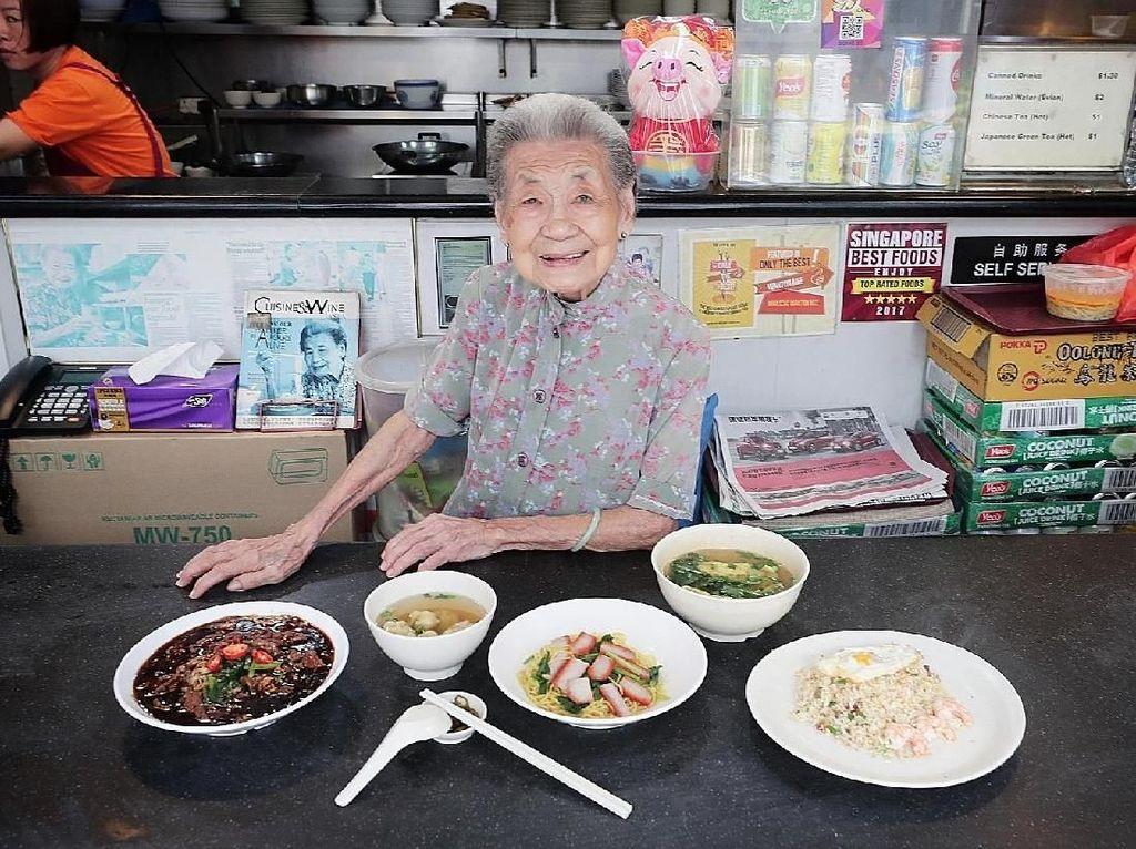Nenek Berusia 90 Tahun Ini Jadi Penjual Mie Paling Tua di Singapura