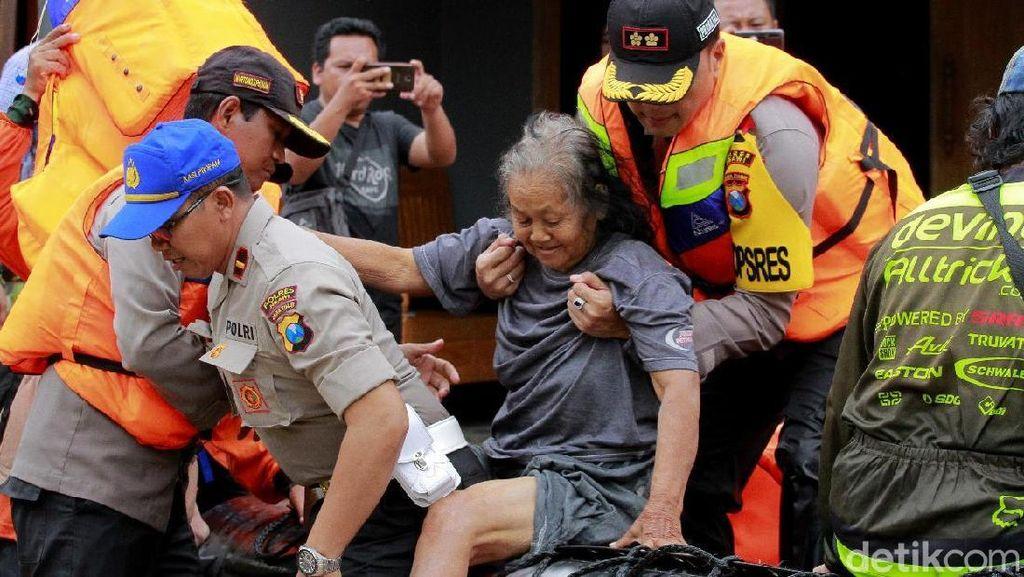 Aksi Heroik Polisi Bantu Evakuasi Korban Banjir di Ngawi