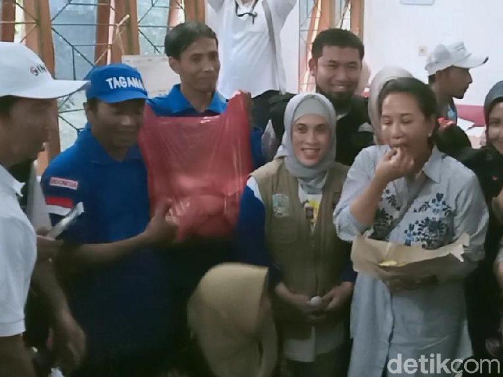 Menteri BUMN Cicipi Nasi Bungkus Pengungsi Banjir Madiun