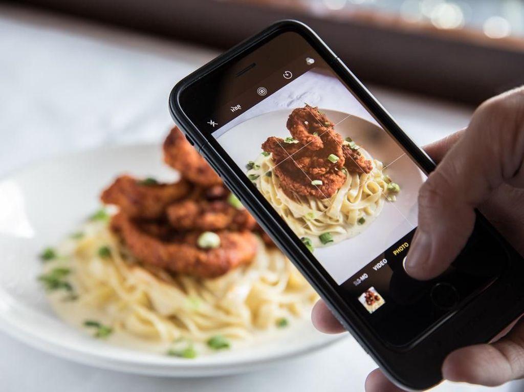 Restoran Ini Punya Instagram Butler yang Bantu Pengunjung Memotret Makanan