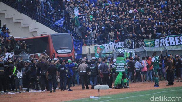 Stadion Penuh, Bonek Saksikan Persib Vs Persebaya di Tepi Lapangan