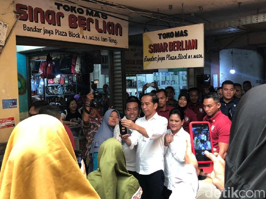 Jokowi Beli Mainan Truk Tangki untuk Jan Ethes di Lampung