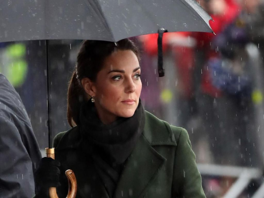 Foto: Hujan-hujanan, Kate Middleton Stylish Pakai Mantel Rp 17 Juta