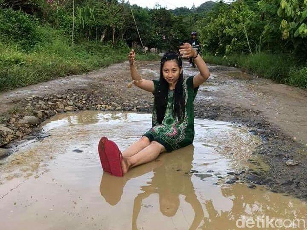 Usai ABG Sumsel, Giliran Pasutri di Sulbar Jadi Fotomodel Jalan Rusak