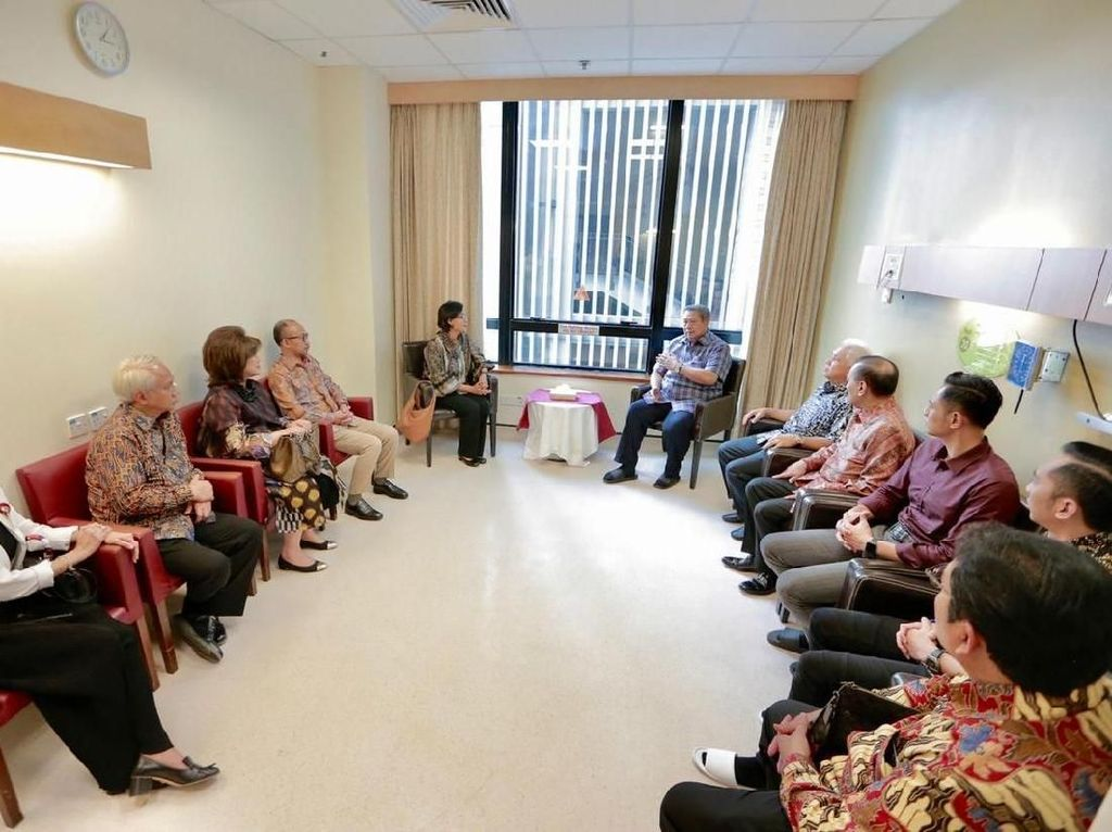 Gaya Santai SBY-AHY-Ibas Terima Sri Mulyani di NUH Singapura