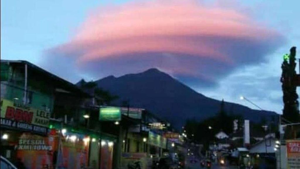 Viral Gunung Lawu Bertopi Awan Nan Indah