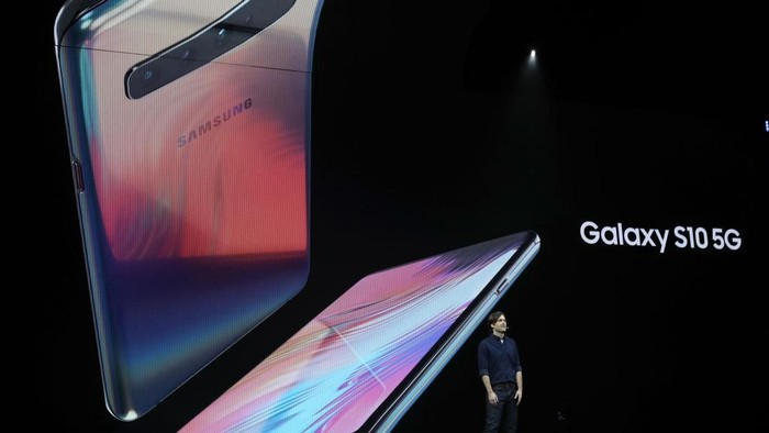Galaxy S10 5G diperkenalkan Product Marketing Manager Samsung Drew Blackard di San Francisco, AS, pada bulan Februari lalu. (Foto: Justin Sullivan/Getty Images)