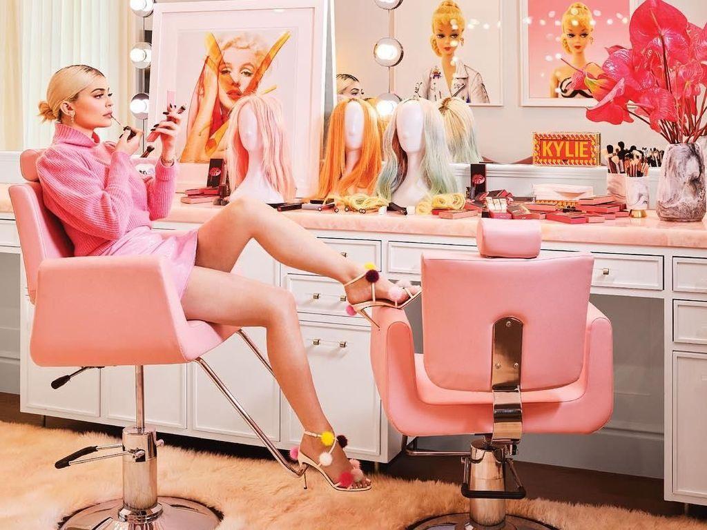 Kylie Jenner Pasang Bungkus Kondom Sebagai Pajangan di Rumah Mewahnya