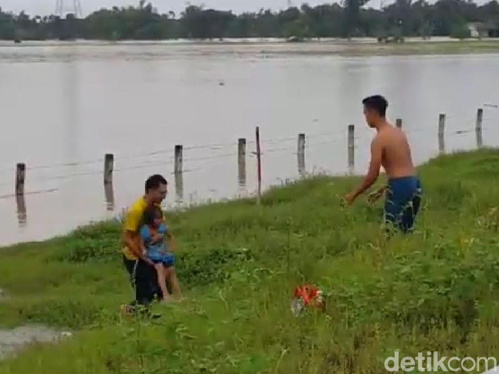 Istri dan Anak Aiptu Sujadi Kompak Bantu Keluarga Terjebak Banjir Tol Ngawi