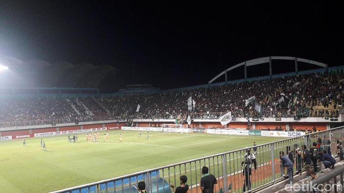 Stadion Maguwoharjo sudah dipenuhi pendukung PSS Sleman. (Foto: Ristu Hanafi/detikSportz)