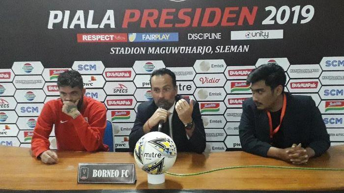 Pelatih Borneo FC, Fabio Lopez (tengah) saat jumpa pers seusai pertandingan melawan PSS Sleman di Stadion Maguwoharjo (Foto: Ristu Hanafi/detikSport)