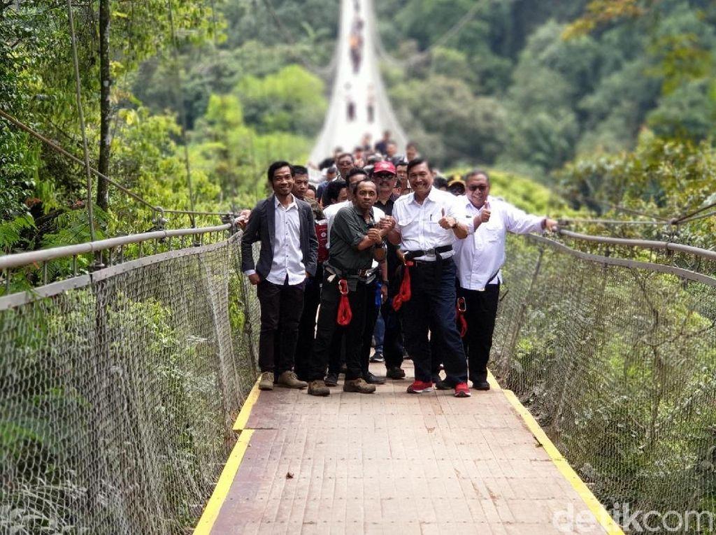 Luhut Resmikan Jembatan Gantung Terpanjang Indonesia di Sukabumi