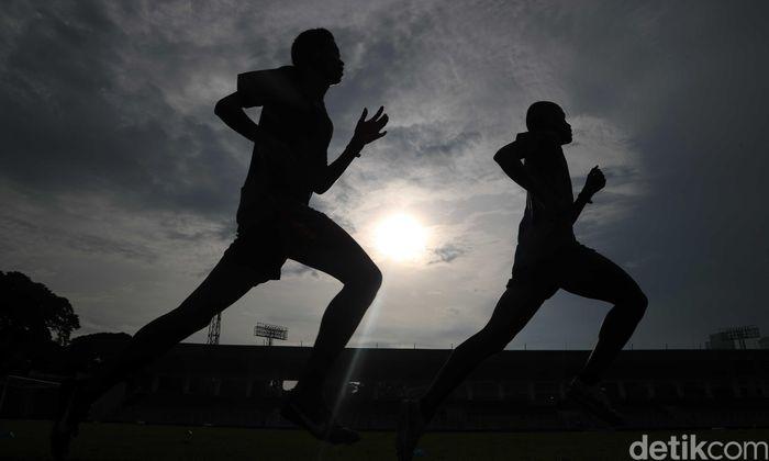 Sejumlah pemain Timnas U-23 melakukan latihan di Stadion Madya, Jakarta, Sabtu (9/3).