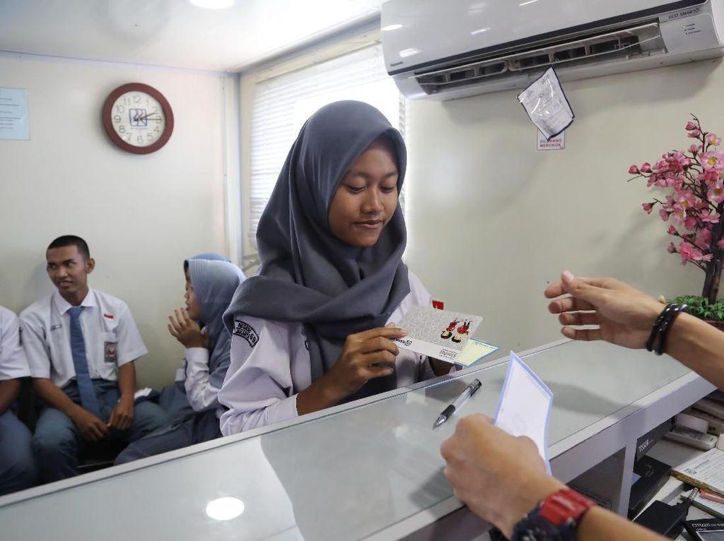 Pelajar Kepulauan Seribu Antusias Nabung di Bank Terapung