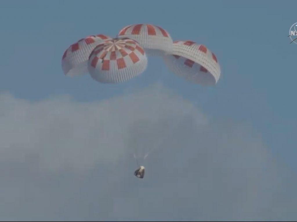 Potret Perjalanan Kapsul Crew Dragon Kembali ke Bumi