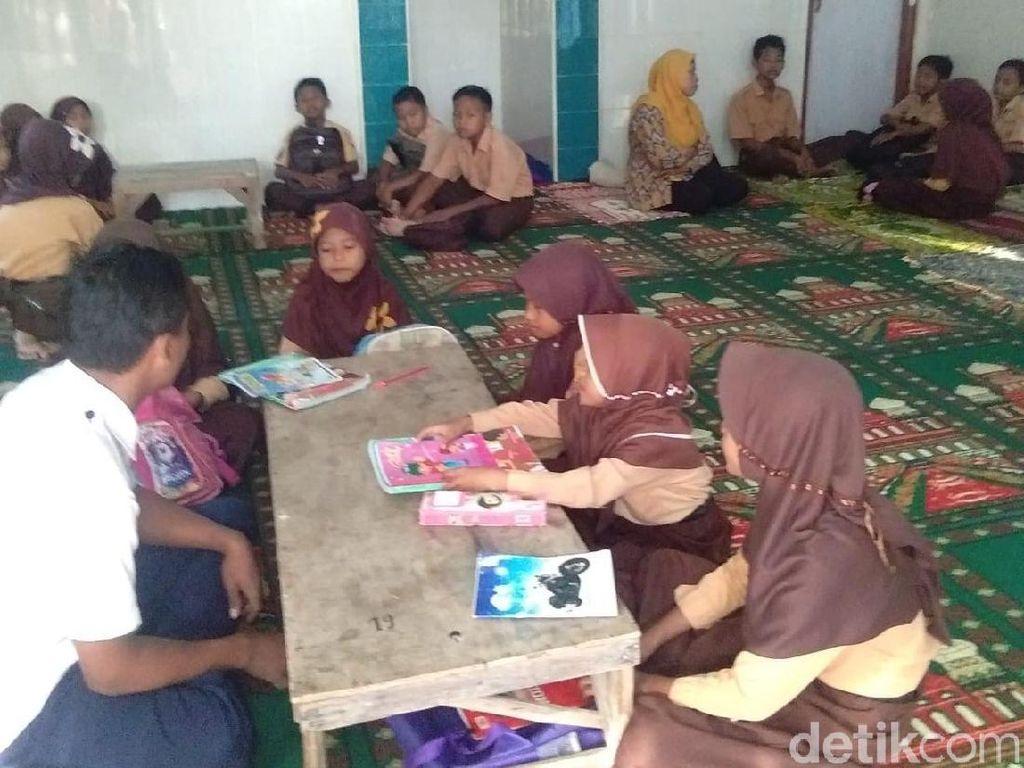 Sekolah Kebanjiran, Kegiatan Belajar SD di Lamongan Pindah ke Musala